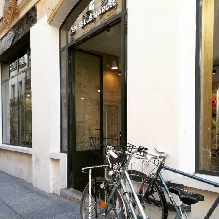 Parking gratuit chez #ensellemarcel #vélourbain #velo #veloparis #Paris #urbanstyle #sun #bikeparis #bike