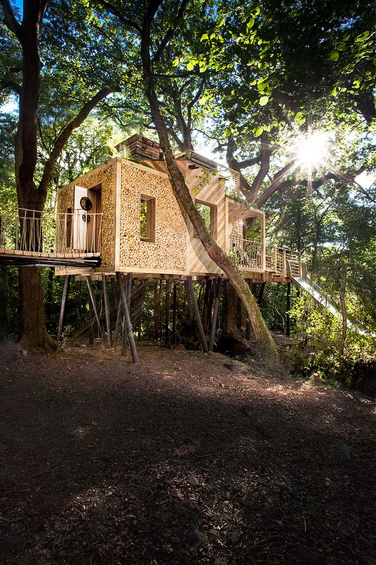 Hidden in the rural Dorsetshire woodland campus in England, the Woodman's Treehouse is a stylish two-story suite that fuses contemporary design with traditional methods. Brownlie Ernst and Marks...