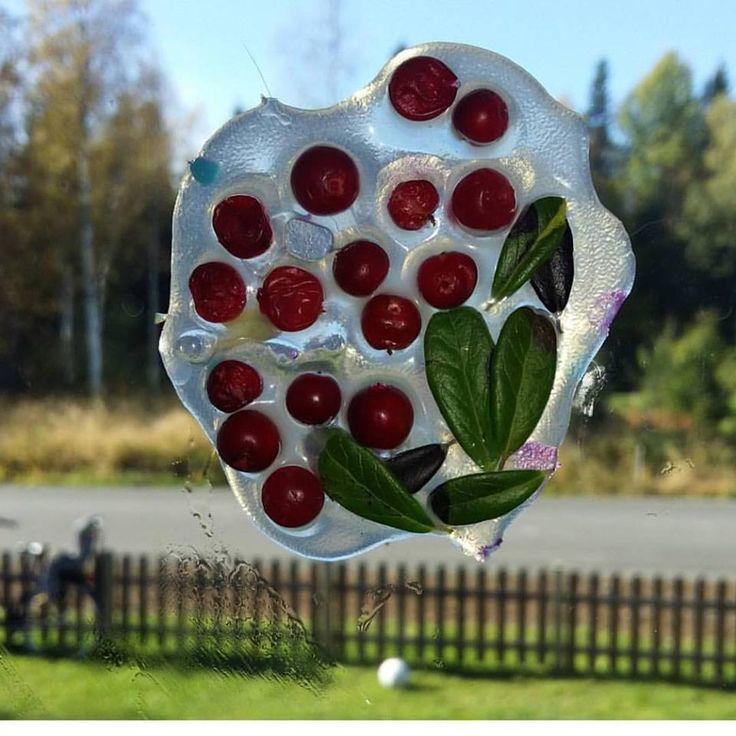 Plocka in naturens skatter och bevara dem genom ett enkelt skapande 1. Häll ut Allroundlim på en matt plastficka 2. Lägg i valfria saker: rönnbär, snäckor, sand.... Bara fantasin som stoppar 3. Låt torka i ca 2 dagar beroende på hur mycket lim det är. 4. Sen kan du hänga det i ett snöre eller fästa på fönstret