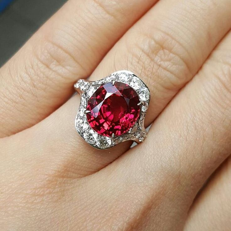 @collection_de_mandalay. 5 carats Burma Spinel ring with diamonds
