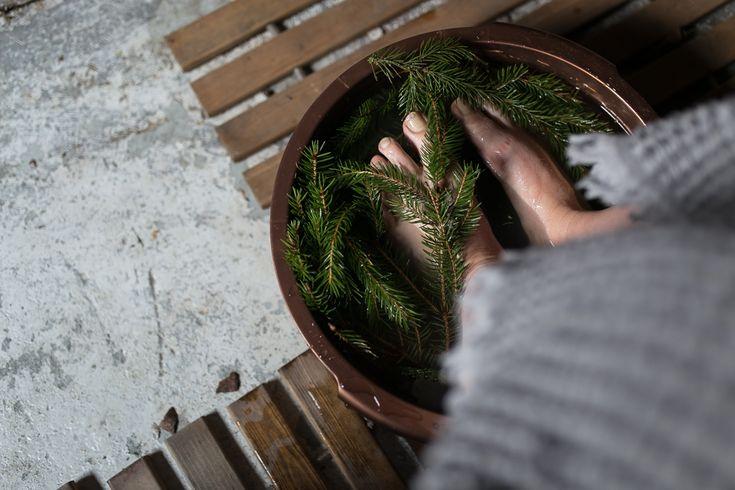 Orthex copper coloured sauna products    Joulusauna ja sen perinteet.   Juhlantuntua puusaunaan tuotiin kuparinvärisillä pesuvadeilla ja saunasangoilla. Joulun tuoksua taasen loihdittiin kuusenhavuista tehdyllä jalkakylvyllä.