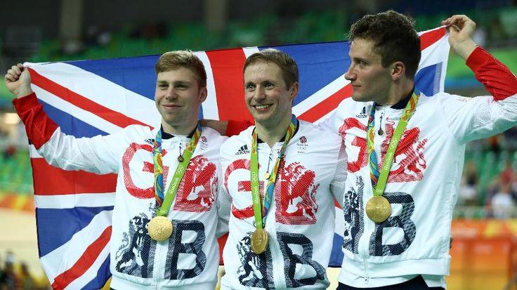 Olimpíada Rio - 2016. Os ciclistas Philip Hindes, Jason Kenny e Callum Skinner com a medalha de ouro conquistada para o Reino Unido.  Fotografia: Bryn Lennon / Getty Images.