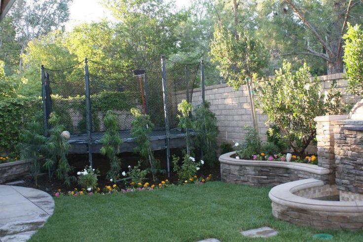 Die Kinder Weigerten Sich Das Trampolin Aufzugeben Also Pflanzten Wir Kleine Kleinen Hinterhofen Garten Landschaftsbau Landschaftsgestaltung Rund Um Haus