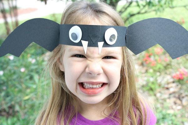 Make these bat headbands with preschoolers as a fun Halloween craft. Use them for story telling and pretend play.