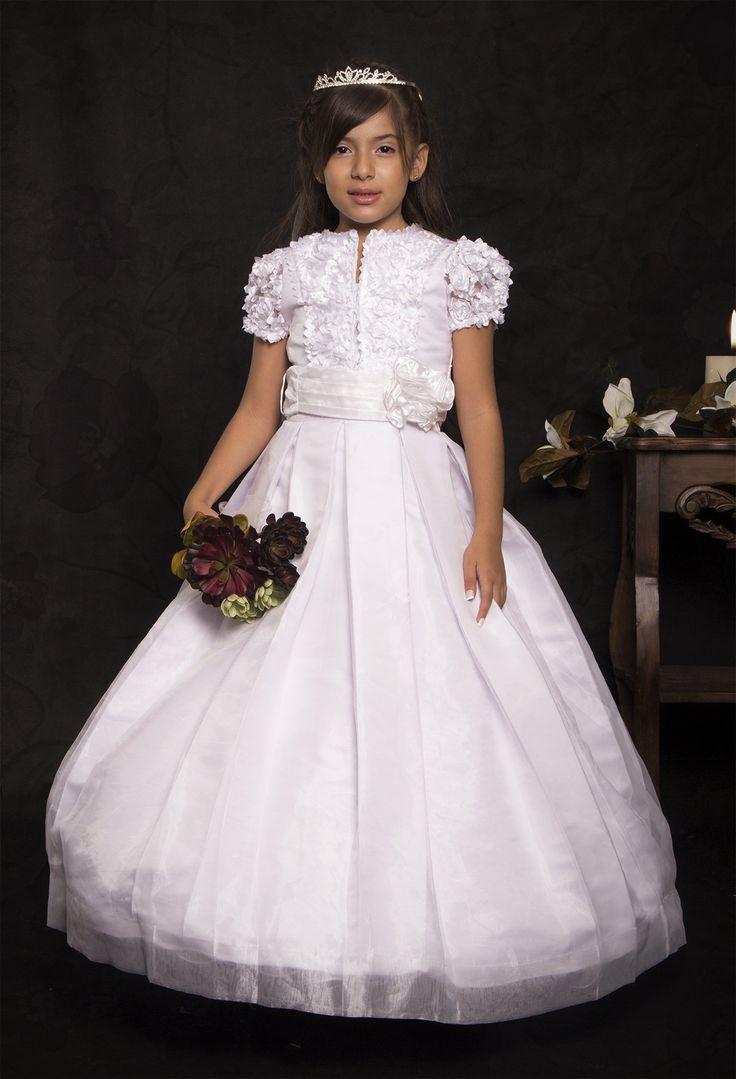 REF.14-40 Vestido de primera comunión entero con cuello redondo, trae un chaleco de manga corta  y un cinturón blanco, decorado con flores en encaje en la parte superior del vestido y su falda es en tablas. Incluye corona.
