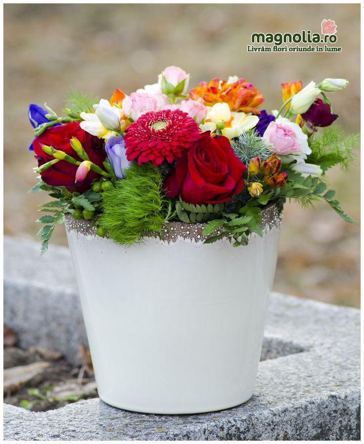 Aranjament cu flori colorate. Colorful flower arrangement