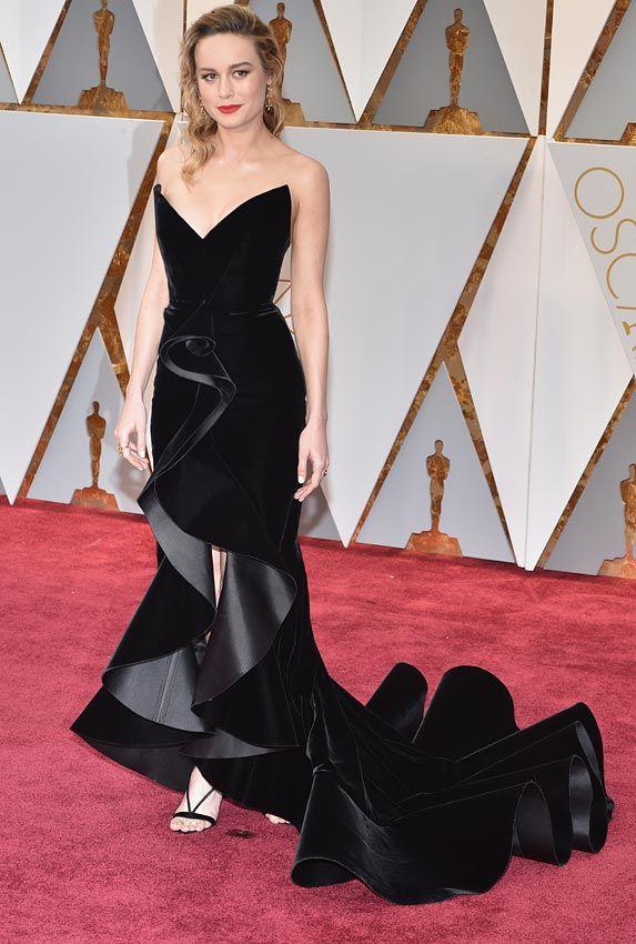 Brie Larson Nos encanta la falda con voltantes, sin duda, el 'punto fuerte' de este diseño de Oscar de la Renta, confeccionado en terciopelo negro. - Foto 17 - Analizamos cómo han sido los mejores estilismos que hemos visto sobre la alfombra roja