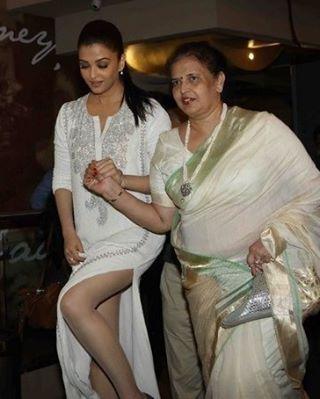 Aishwarya rai spotted with her mom #aishwarya #aishwaryarai #aishwaryahot #aishsexy #aishhot #bollysexy #india #deepika