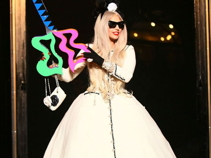 Lady Gaga no sólo encabeza listas de las más vendidas y canta para estadios repletos de gente, ahora tiene un logro más (o 20 millones) de qué alegrarse.  La estrafalaria cantante fue la primera en cruzar la marca de los 20 millones de seguidores en Twitter el pasado fin de semana. Tal vez tenga algo que ver su apoyo a distintas causas. Tan sólo la semana pasada abrió la fundación anti bullying, Born This Way, en Harvard.