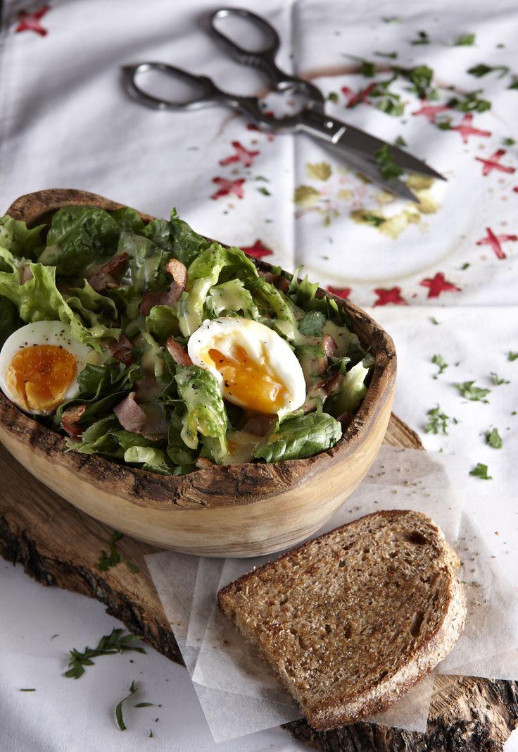 Κλασική γαλλική σαλάτα που τρώγεται και σαν κυρίως με μια φέτα φρυγανισμένο ψωμί. Ιδανική της πρασινάδα, η βαλεριάνα αλλά αν δεν σας βρίσκεται, μια χαρά της πάει και το κλασικό μαρούλι