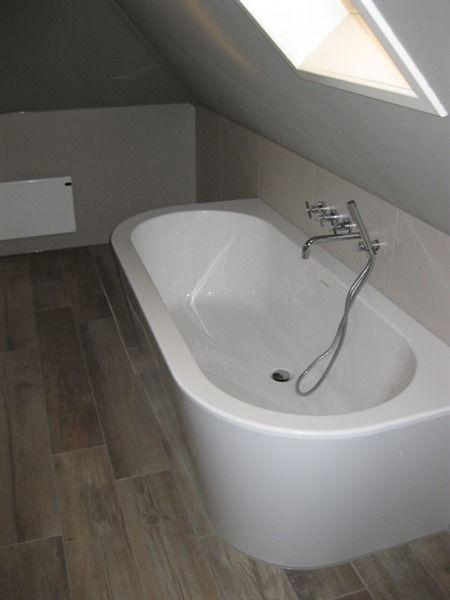 """Modern half vrijstaand bad met twee afgeronde hoeken. Prachtig modern bad uit één geheel. Vroeger werden dit soort baden geleverd met een los voorpaneel, met """"lelijke"""" kitrand. Dat is nu verleden tijd!"""