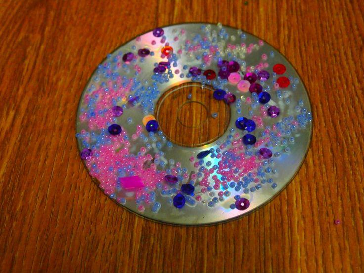 Un precioso mandala con CD, pajitas y bolas de colores. Qué bonita combinación. #reciclandomandalas #mandalasyniños