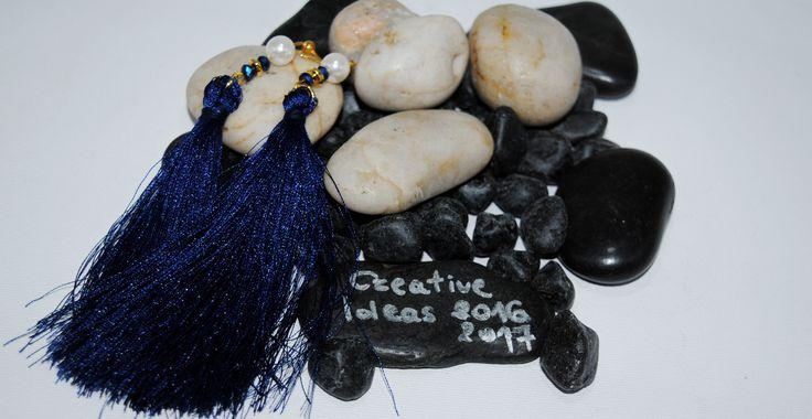 Σκουλαρίκια περαστά με φουντίτσες σε royal blue απόχρωση,χάντρες και πέρλες! 6€