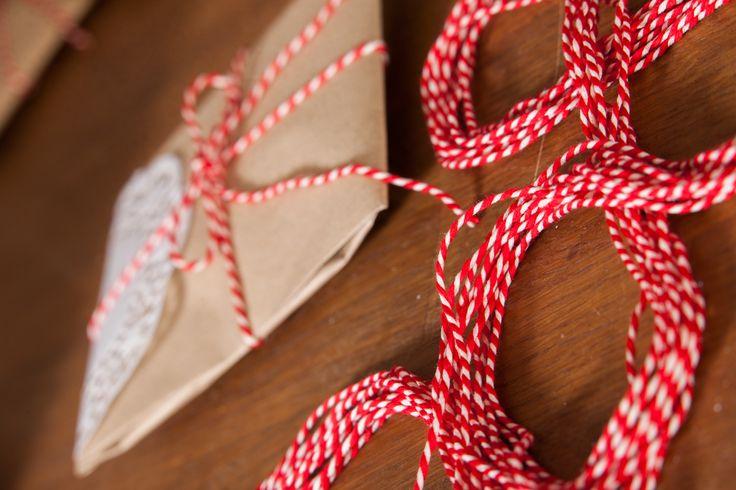 Svatební výslužka - dárky pro svatebčany v jednoduchém balení s papírovou krajkou a krouceným provázkem