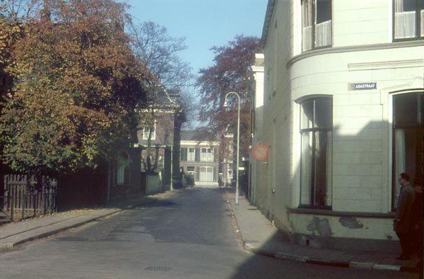 Bron: Fotoarchief Peter Leeuwen:  Hoek Westerstraat en Adastraat, met het zicht op de Wierdensestraat aan het eind.