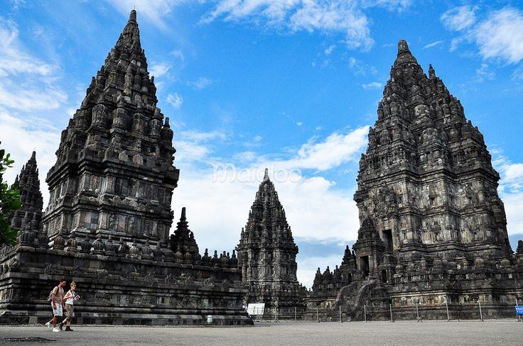 Wisatawan sedang berjalan di Candi Prambanan. (Benedictus Oktaviantoro/Maioloo.com)