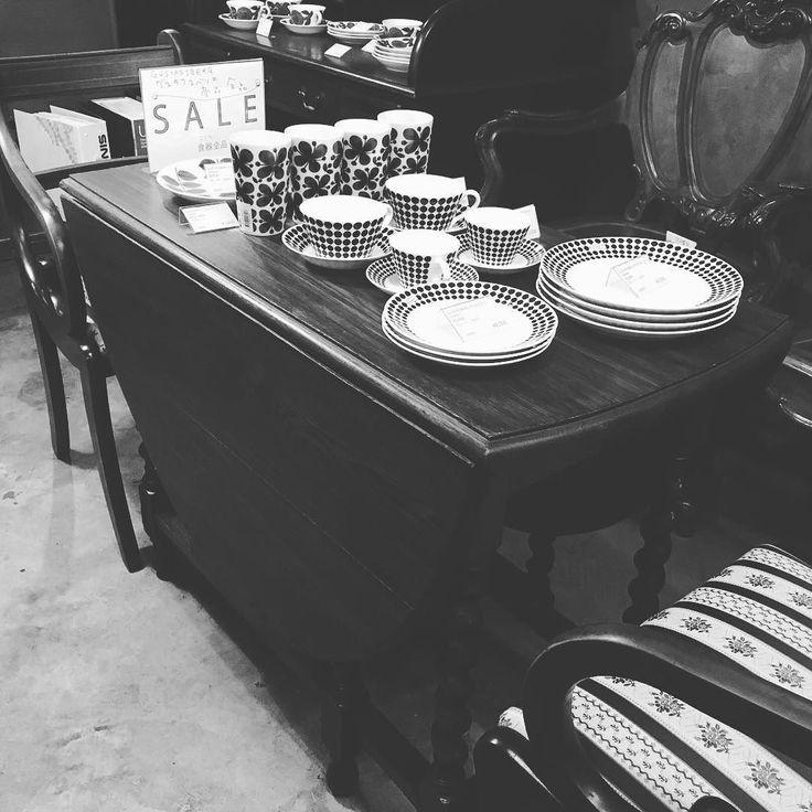いつもありがとうございます目黒通り店より英国アンティークゲートレッグテーブルご紹介します美しい虎斑が表れたブリティッシュオークの無垢材を使用脚部には英国伝統の螺旋形状の挽物装飾バーリーシュガーツイスト実用的ながらも眼を引くアクセントを備えたテーブルです折りたたみ式の天板を開いて大きなテーブルとして使用でき使わないときには折りたたんでコンパクトに収納できたりと大変機能的ですちなみにゲートレッグとは補助の脚がゲート(門)のように開閉し出てくる様子から名付けられました今でも英国の家庭ではお馴染みの家具です目黒通り店へ是非一度お立ち寄りください    #英国アンティーク家具 #イギリス製 #アーコール #ercol #ゲートレッグテーブル #ダイニングテーブル #サイドボード #アールデコ #ウォールミラー #マホガニー #クラシック #リビングボード #オーク #カフェテーブル #カウンターテーブル #ブリティッシュオーク #無垢材