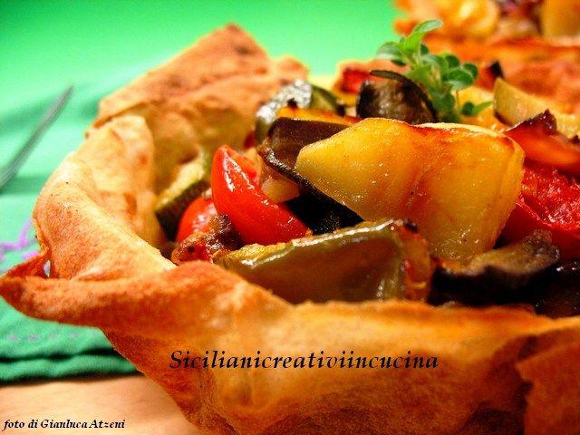 Altro piatto con le mie amatissime verdure: oggi una ratatouille di patate, melanzane, cipolla, zucchine e peperoni, aromatizzata con un po' di maggiorana fresca e servita in cestini di pane …
