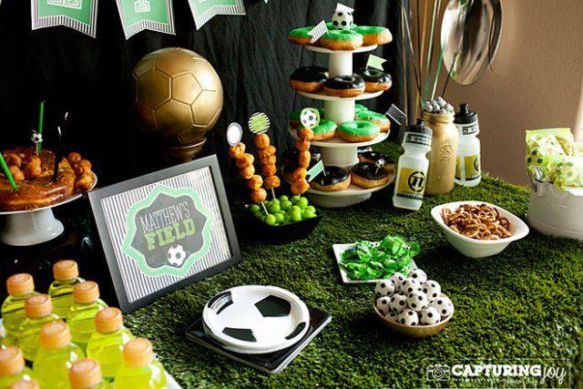 Fiesta temática de fútbol. Con césped artificial a modo de mantel!