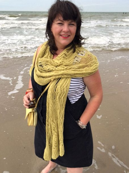 wondervol met sjaal op strand erna de reuver knitwear