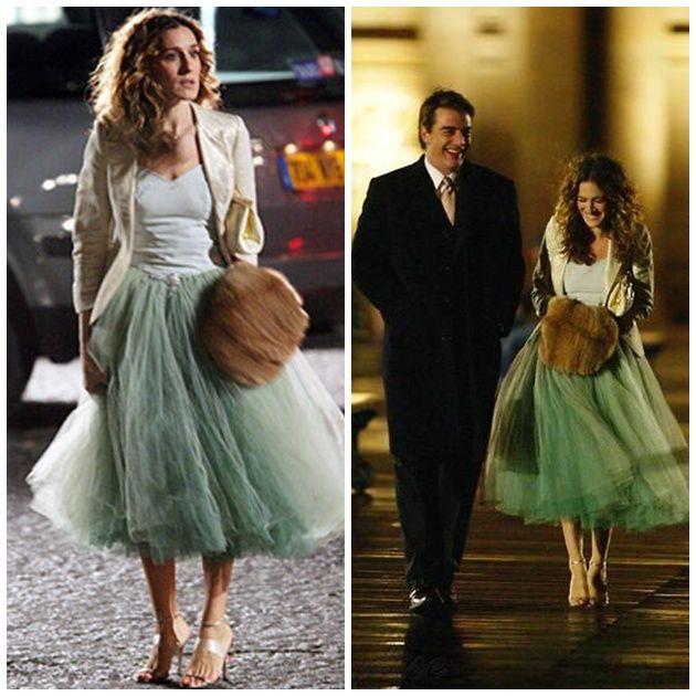 No es la única vez que Carrie luciría una falda de tul en la serie. Más tarde junto a Mr. Big la vimos con esta otra falda verde más larga que la anterior.