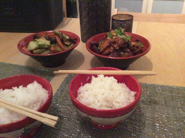 Repas chinois tofu brun saucisses thaï et pied de brocolis sautés coriandre et oignon frit