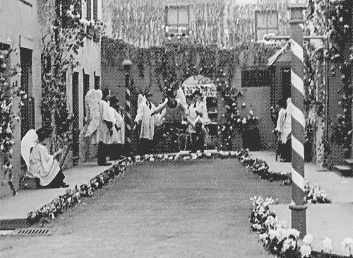 """Картинка в движении на основе фрагмента фильма Чарли Чаплина """"Малыш"""". Веселье на Рождество организуют ангелы!"""