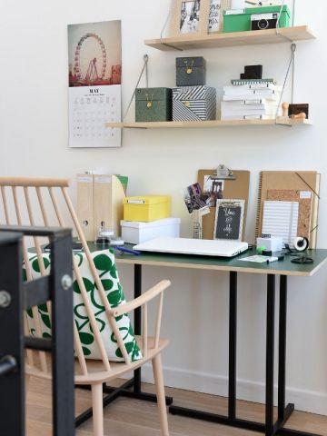 Un bureau installé sur le palier, à l'étage