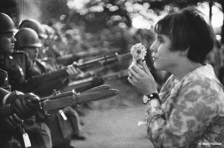 Fotó: Marc Riboud: Jan Rose Kasmir, Washington D. C, 1967. október 21.