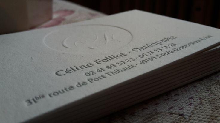 création 2016 de cartes de visite Hortense Rossignol graphisme pour CÉLINE FOLLIOT | ostéopathe - impression réalisée en letter press sur un papier Old Mill de la maison FEDRIGONI par l'imprimerie LA MAQUINA à Montilliers