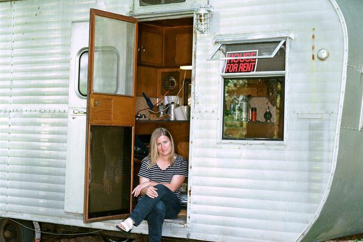 Acoplamiento de una casa-remolque para un viaje seguro. A diferencia de un vehículo adaptado como casa rodante, una casa-remolque se acopla al vehículo de arrastre.  Así, cuando llegas al campamento simplemente desenganchas la casa-remolque y la depositas en el lugar.  A cambio de esta ventaja ...