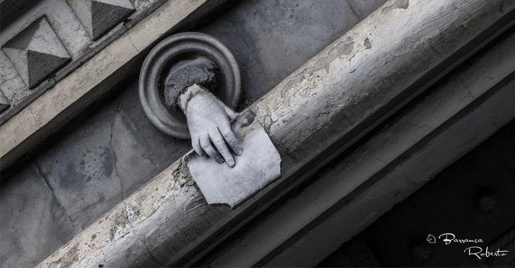 Secondo la leggenda appartiene a una donna, ma non tutti concordano sul significato di questa mano che tiene tra le dita una lettera. Ci troviamo a due passi dal centro città, in un palazzo che racchiude l'ennesimo mistero di Torino