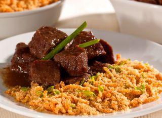 A farofa de cenoura é muito prática e dá um toque todo especial à tradicional carne de panela. Complete a refeição com arroz branco, feijão e salada.