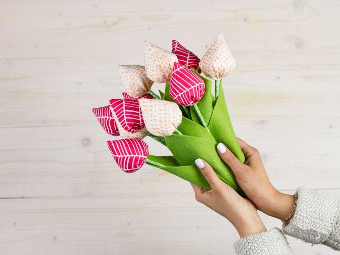 Geef je vaak een bosje bloemen cadeau bij een verjaardag of gewoon om je moeder mee te verrassen? Maak ze eens een keer zelf! Deze bos tulpen verwelkt nooit en kan je geheel naar wens aanpassen.