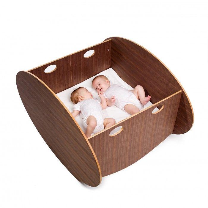 La conception du berceau en bois So-Ro Twin est ingénieuse! Inventé pour accueillir des jumeaux sans les séparer, le confort et la sécurité son optimum. Habillez vos intérieurs avec ce berceau qui ne manque pas de design.