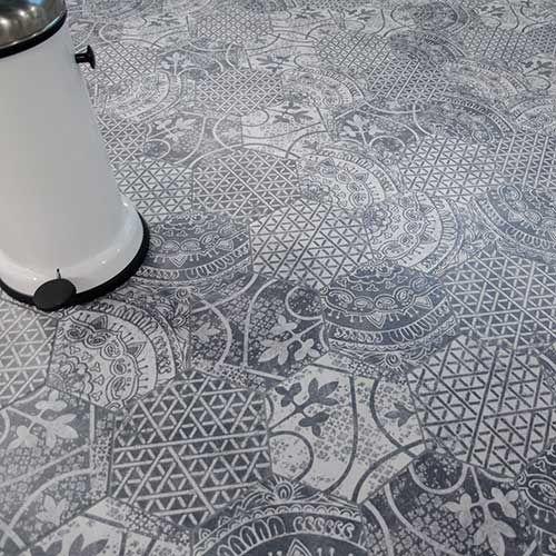 Klinker Alchimia mix är en klinker i hexagon format. Alchimia är en mönstermix med 6 olika mönster med inspiration från antiken. Det är en oglaserad granitkeramik och mönstret går i kuörerna mörkgrått och vitt. Mönstren går inte att köpa separat.Ett tips är att sätta plattan som stänkskydd i köket.Passar på både golv och vägg.