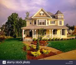 Résultats de recherche d'images pour «yellow and blue house»