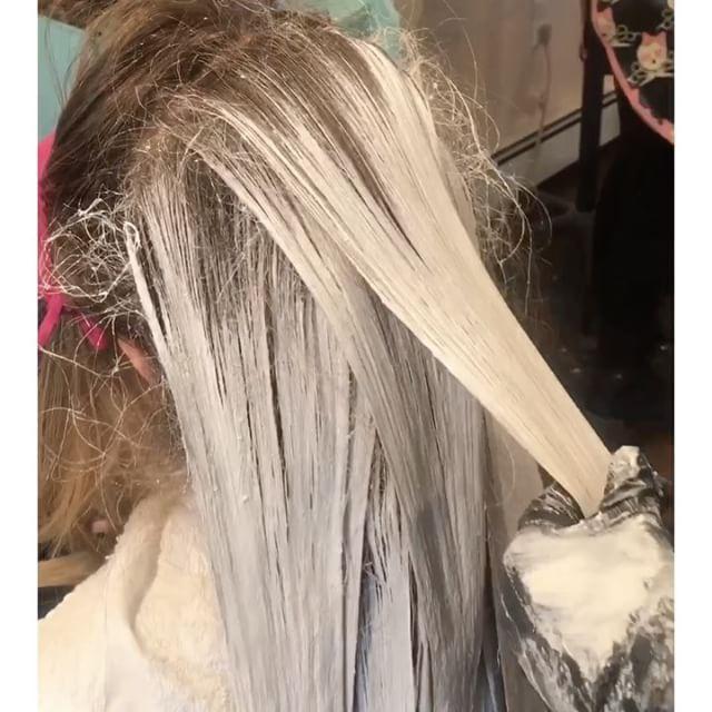 Blending out old harsh lines ✨💛 Seamless blondes ✨💛 @mimissalon 🌻🌻🌻 #mimissalon #belmar #hairbymichlgon #balayage #hairpainting #behindthechair #njsalons #njsalon #modernsalon #hairbrained #paintedhair #americansalon #framarint #olaplex #wellalife #wella #wellacolor #colormelt #ombre #hairenvy #btcpics #allaboutdahair #authentichairarmy #stylistshopconnect @modernsalon @behindthechair_com @american_salon @stylistshopconnect @authentichairarmy  @guy_tang @framarint…