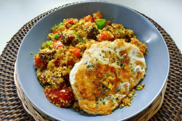 """""""Geef mij maar Nasi Goreng ... met een gebakken ei"""". Een Indonesische klassieker: zowel het lied als het gerecht. Op de blog staat nu het recept voor een koolhydraatarme versie, met bloemkoolrijst. Het is een nieuwe favo in de Con-serveert keuken!"""