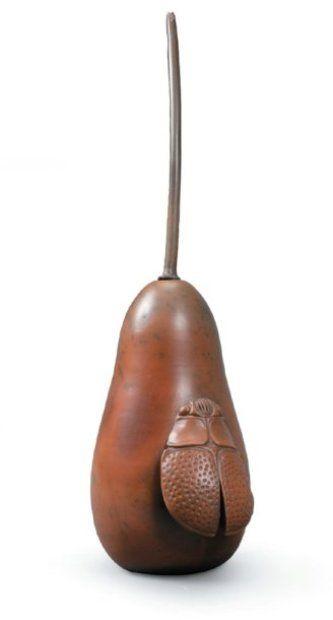 BAYLE Pierre (1945-2004) Belle sculpture piriforme à longue tige en terre sigillée tournée ; application d'un scarabée partant de la base ; bel engobe rouge. Fait partie de la série des scarabées. Daté et signé 1.8.91. H totale : 32 cm