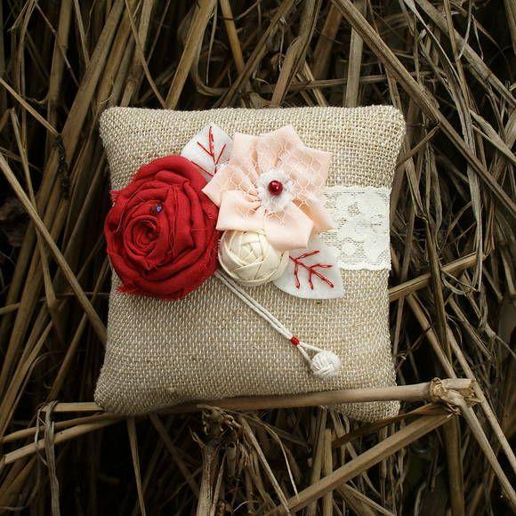 Uma almofada perfeita para casamento em estilo rustico, casamentos em sitio ou na praia Feita em juta e botão artesanal, que vai prevenir perda de alianças no caso imprevisto. A almofada decorada com flores de algodão em cor vermelho, rosa e creme com perolas e cristal. As folhas bordados cuidadosamente e cria um charme especial  Tamanho S 17x17 cm Na compra com de kit almofada e corsage desconto 10%  http://www.elo7.com.br/corsage-bracelete-rustico/dp/3303A5 R$ 76,00