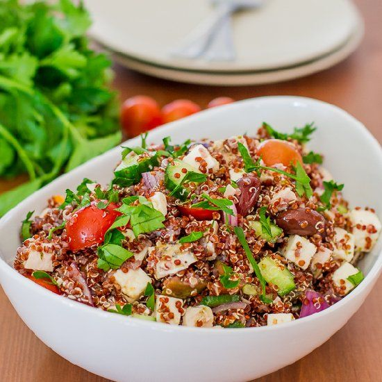 This Greek Chicken Red Quinoa Salad is rich in nutrients, packed with protein and it's super delicious at only 385 calories per serving.