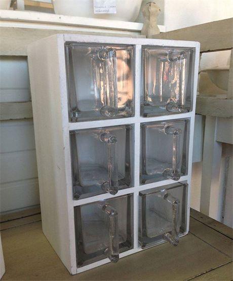 Vit hylla med 6 fack och 6st glaslådor med transparent glas. Stl 40cm x 27,5cm x 18cm. Hyllan kan användas i vågrät eller lodrät position. Formpressad trämassa, vitmålad.