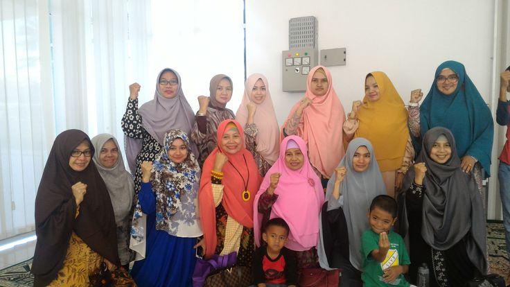 Tak Merasa Dirugikan Donatur GNPF-MUI: Sumbangan Kami untuk untuk Allah & Agama Kami  Para Donatur Aksi Bela Islam GNPF-MUI yang diwakili Muslimah. (Foto: EZ)  JAKARTA (SALAM-ONLINE): Perhimpunan Donatur Gerakan nasional Pengawal Fatwa Majelis Ulama Indonesia (GNPF-MUI) menegaskan bahwa dana yang disumbangkan untuk Aksi Bela Islam melalui GNPF-MUI adalah semata-mata hanya untuk Allah.  Sumbangan kami untuk Allah dan agama kami. Latar belakang kami menyumbang hanya ingin mencari ilmu bersama…