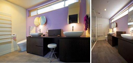 ダイニングキッチンからアクセスする水まわり。<br /> 浴室とはガラス壁で仕切り、洗面とWCと一体の広く心地よい部屋としました。<br /> 外壁のバイオレットの明度を調節してここにも取り入れています。 専門家:鍵谷啓太 / 井上佐和子が手掛けた、水まわり(colors 色を重ねおいたいえ)の詳細ページ。新築戸建、リフォーム、リノベーションの事例多数、SUVACO(スバコ)