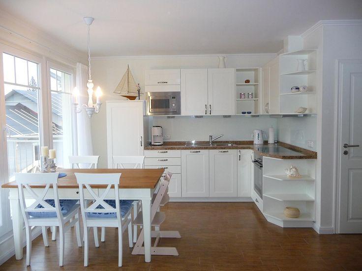 Moderne Küche mit Dielenboden und Massivholz Schränken