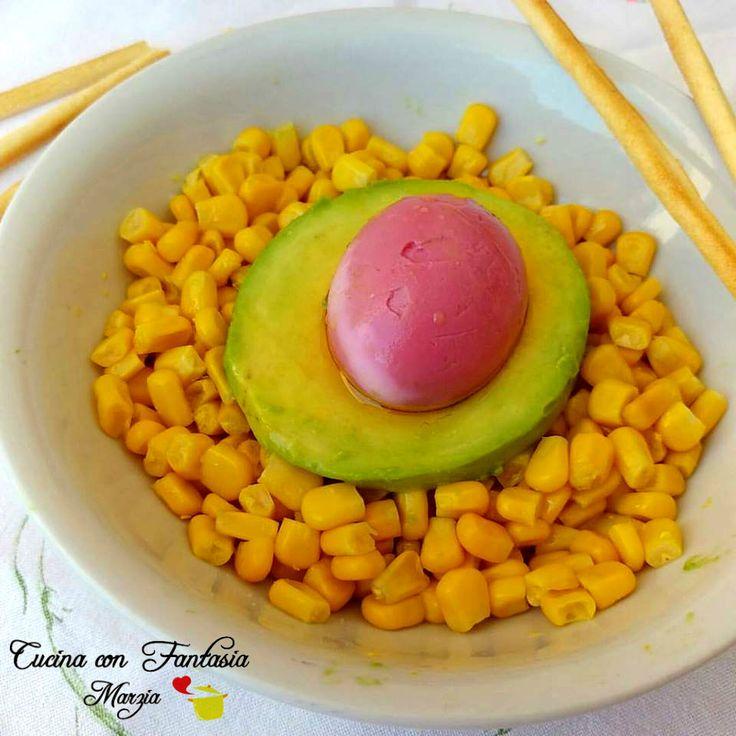 Uovo rosso con avocado e mais