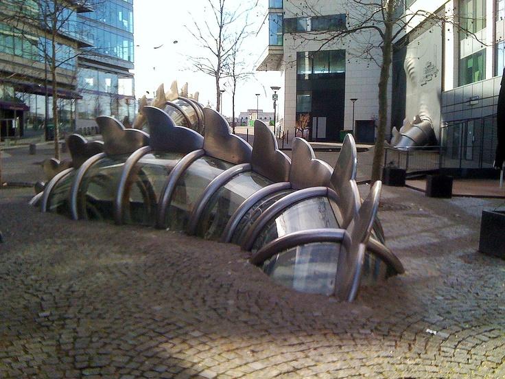 Danse de la fontaine émergente - oeuvre de Chen Zhen et Xu Min - Place Augusta Holmes - Paris 13 ! à découvrir lors de votre séjour dans l'un de nos hôtels By HappyCulture : https://www.happyculture.com/