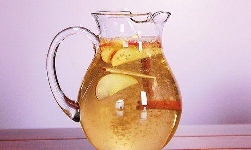 Wasser mit Zimt, Apfel und Zitrone zum Abnehmen