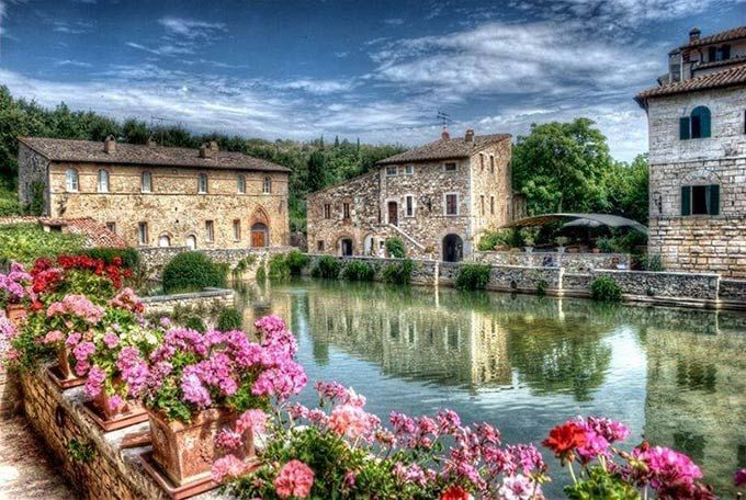 <p>Bagno Vignoni , a village in the heart of Tuscany , only hamlet of San Quirico d' Orcia , has 30 inhabitants . The square of the village is characterized by a sixteenth-century bath where hot springs thermal water ,…</p>